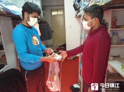 疫情防控 | 志愿者为在校留学生代购生活用品  江苏科技大学全力做好疫情防控