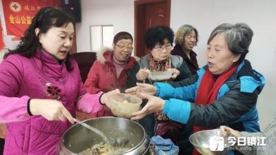 志愿者和失独老人一起喝腊八粥过腊八节