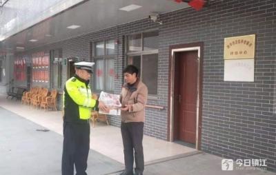 """情满春运路:一箱油桃""""从天而降"""" 镇江高速交警送到了养老院"""