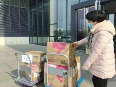 妇联组织支援抗疫一线女性医务人员女性卫生用品