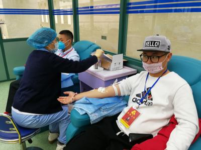 两批志愿者撸起袖子献血 血站:血库仍告急,希望更多人加入