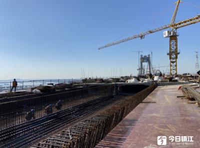 镇江长江大桥正式复工 首日完成1800吨路面摊铺