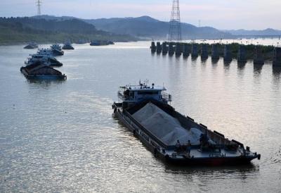 海事人员一夜护航  60艘船舶丹阳顺利过境