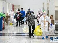 武汉首个方舱医院开始收治病人