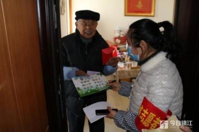 感人!社区工作人员上门 为97岁老党员办了一件事