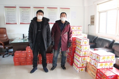 父子捐赠水果  慰劳新区防疫一线人员