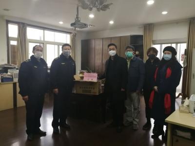 市民进科教文卫支部  向京口城管赠送消毒液和口罩