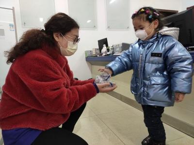 小小年纪暖人心!小女孩将自己的护目镜送给了社区工作者