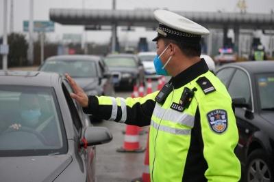 我市交警逐步恢复常态勤务模式   全力保障道路畅通