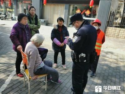 镇江新区:八旬老人中风倒地,热心民警及时救助