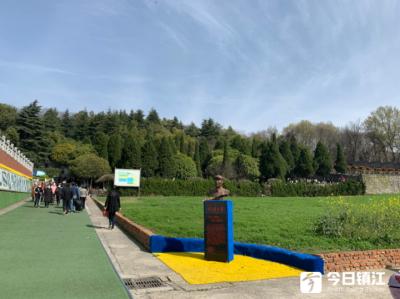 公墓有序开放,市民错峰祭扫  今年工作日去公墓人祭扫的人多了近一倍
