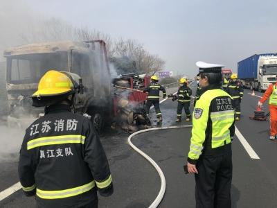 高速行驶货车突发自燃,交警及时发现消除险情