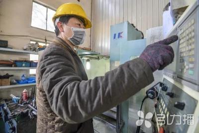 苏州民生疫情下,一个小微企业多名工人未到岗,老板就带着两名工人干