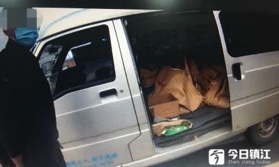 面包车非法载货载人上路  遭遇路面执法被当场查获
