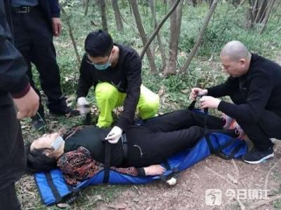 大妈山中摔伤,他们抬担架救人下山走了50分钟