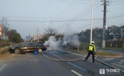 两小轿车相撞  一车起火烧毁
