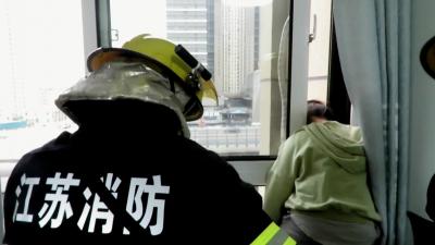 窗护卡住女孩头,消防员赶到施救