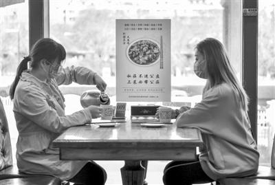 """阻断疾病传播 公筷公勺应""""上位""""成餐桌标配"""