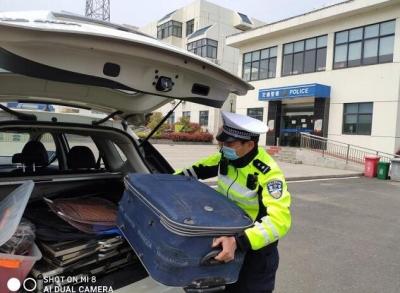 男子行李箱掉落高速公路上,交警多方查找物归原主