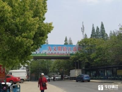 京口区古城公园天桥上座椅被拆 部分居民不解