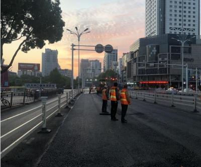 连夜奋战!中山路与解放路交叉口道路维修完成