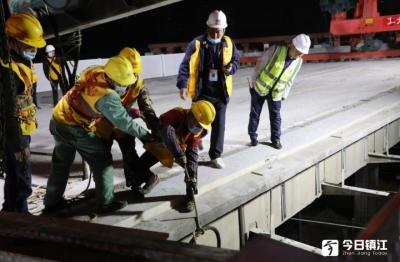 """谷阳路跨铁路桥施工现场  """"大力神""""成功吊除40吨重内边梁"""