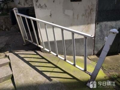 """保护小区居民安全的护栏""""摇摇欲坠"""",谁能帮忙修一修?"""