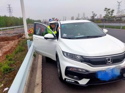 《小车司机突然发病 高速交警及时救助》