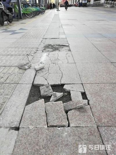 镇江这个超市门前多处地砖开裂破损 附近居民:别成被遗忘角落