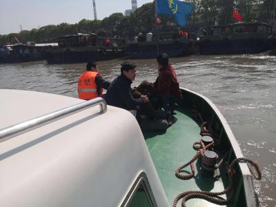 船上传来救命声  一名女子瘫倒在甲板上……
