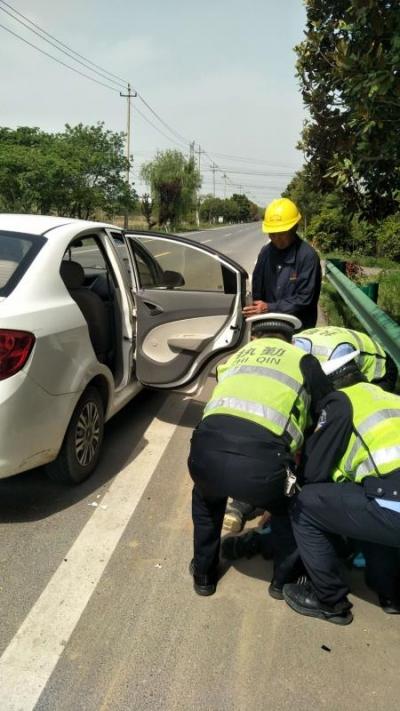 女子骑车意外跌倒受伤   句容交警及时救助