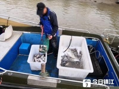 禁渔期顶风作案!镇江新区一对夫妻长江中电鱼被抓现行