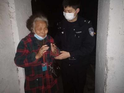 八旬老太坐错公交车,热心民警帮助其返回家中