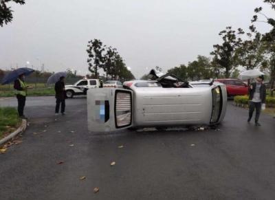 停车场一面包车与轿车相撞  面包车侧翻两人受伤
