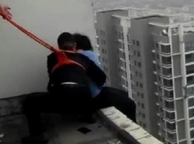 女子坐在33层天台欲轻生 民警飞檐走壁援救