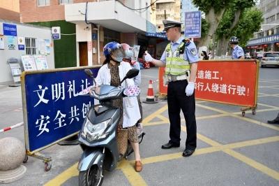 """骑电动车接送孩子,你备好""""双头盔""""了吗?"""