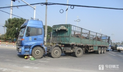 大货车右转为啥要划出一大片危险区域 看完这个你就能懂了