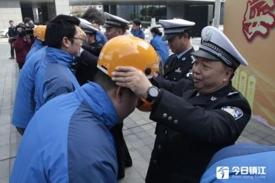 骑电动车戴头盔,镇江何时落实? 交警:现阶段以安全教育为主