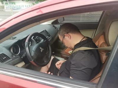 轿车停红绿灯路口一动不动 交警到场一查原来是......