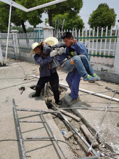 脚手架坍塌导致工人受伤  公交车成救护车急送医院