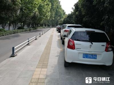 机动车任性停!这里的人行道变成停车场了吗?