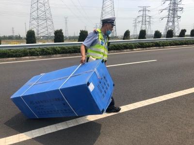 司机大意不捆绑 高速路上掉箱子