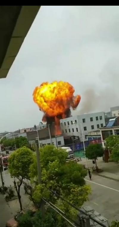 最新!丹阳通报陵口镇肖梁东路一企业发生爆燃的情况,8人被送医观察和治疗,尚有2人被困