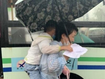 """伞下""""避风港"""" 雨中师幼情"""
