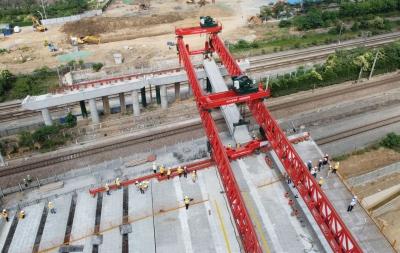 """铁路""""大动脉""""上""""天车""""架桥令人叹为观止  1小时,16人架设134吨""""跨京沪""""首片箱梁"""