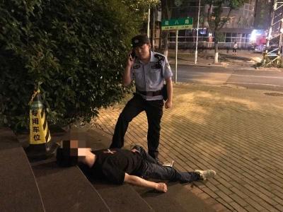 醉酒后睡在路边  民警将其送回家