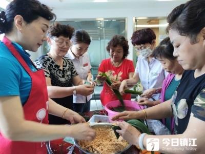 讲端午习俗,手把手教包粽子  镇江失独老人与志愿者热热闹闹迎端午
