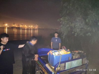 长航公安局镇江分局稿件 男子深夜长江电捕鱼近60斤  刚上岸便被抓