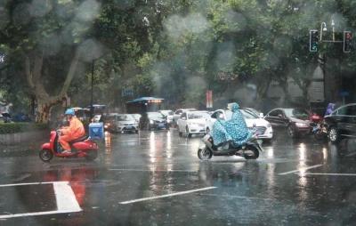 高温+降水,江苏沿江和苏南地区阴有阵雨或雷雨