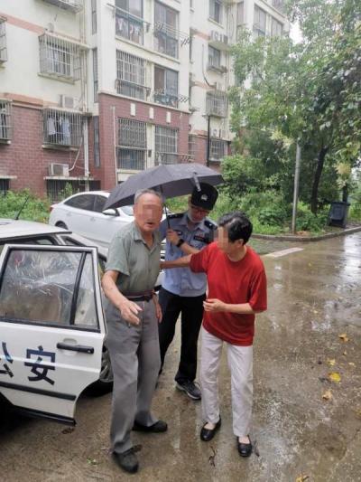 险!八旬老人大雨中流浪23小时,所幸民警暖心救助